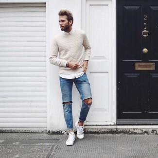 Opte pour le confort dans un pull torsadé beige et un jean déchiré bleu. Transforme-toi en bête de mode et fais d'une paire de des baskets basses blanches ton choix de souliers.