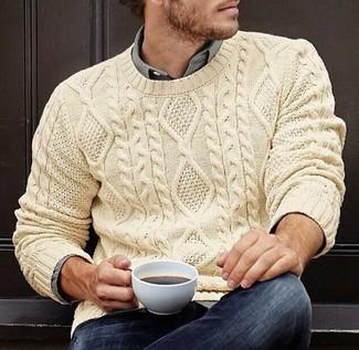 Comment porter: pull torsadé beige, chemise à manches longues grise, jean bleu marine