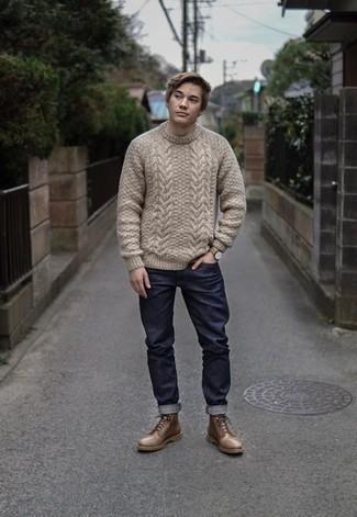 Comment porter un pull torsadé beige: Opte pour un pull torsadé beige avec un jean bleu marine pour un look de tous les jours facile à porter. Jouez la carte classique pour les chaussures et choisis une paire de des bottes de loisirs en cuir marron.