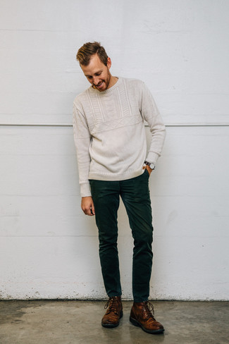 Comment porter: pull torsadé beige, jean en velours côtelé vert foncé, bottes de loisirs en cuir marron