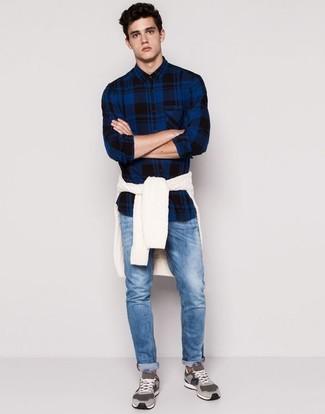 Comment porter: pull torsadé blanc, chemise à manches longues écossaise bleu marine, jean bleu, baskets basses en daim grises