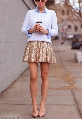 Comment porter: pull torsadé blanc, chemise de ville bleu clair, jupe patineuse pailletée dorée, escarpins en cuir beiges