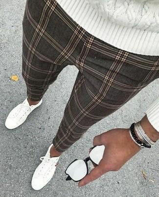 Comment porter: pull torsadé blanc, pantalon chino à carreaux gris, baskets basses en toile blanches, bracelet argenté