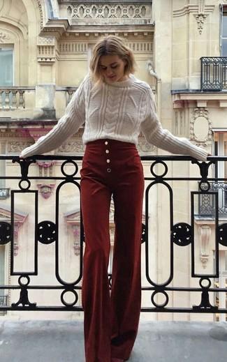 Comment porter: pull torsadé blanc, pantalon large en velours côtelé bordeaux