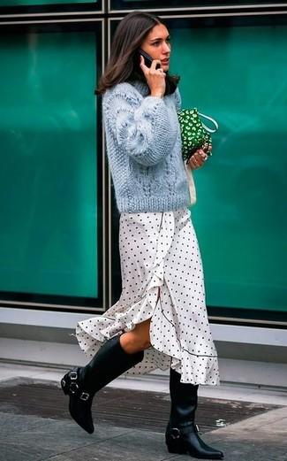 Comment porter: pull torsadé bleu clair, robe midi á pois blanche et noire, bottes hauteur genou en cuir noires, pochette en toile verte