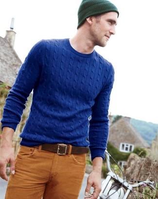 Pour créer une tenue idéale pour un déjeuner entre amis le week-end, pense à marier un pull torsadé bleu avec un jean tabac.