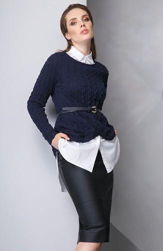 Comment porter: pull torsadé bleu marine, chemise de ville blanche, jupe crayon en cuir noire, ceinture serre-taille en cuir noire