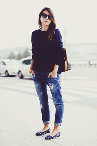 """Comment porter des ballerines en daim bleu marine: Si tu es une fille plutôt """"jean t-shirt"""", tu vas aimer le combo simple d'un pull torsadé bleu marine et d'un jean boyfriend déchiré bleu marine. Rehausse cet ensemble avec une paire de des ballerines en daim bleu marine."""