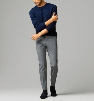 Comment porter un pull torsadé bleu marine: Essaie de marier un pull torsadé bleu marine avec un pantalon chino gris pour un déjeuner le dimanche entre amis. Jouez la carte classique pour les chaussures et fais d'une paire de des chaussures richelieu en daim noires ton choix de souliers.