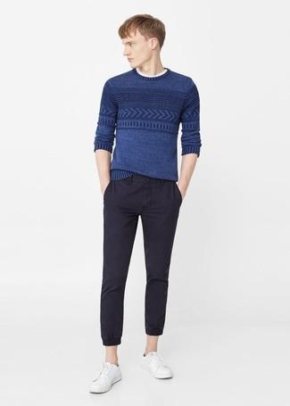 La polyvalence d'un pull torsadé bleu et d'un pantalon chino noir en fait des pièces de valeur sûre. Pour les chaussures, fais un choix décontracté avec une paire de des baskets basses en cuir blanches.