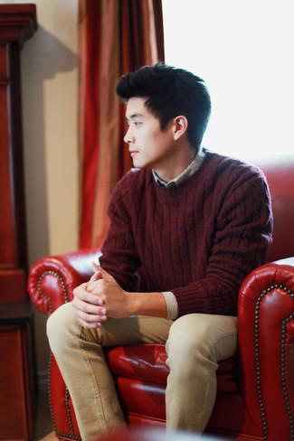 Comment porter: pull torsadé bordeaux, chemise à manches longues à rayures verticales grise, jean marron clair