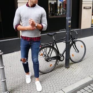 Comment porter: pull torsadé gris, chemise à manches longues écossaise rouge et bleu marine, jean déchiré bleu marine, baskets basses blanches