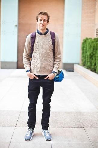 Comment porter un jean bleu marine: Pour créer une tenue idéale pour un déjeuner entre amis le week-end, essaie d'harmoniser un pull torsadé beige avec un jean bleu marine. Une paire de des chaussures de sport bleues apporte une touche de décontraction à l'ensemble.