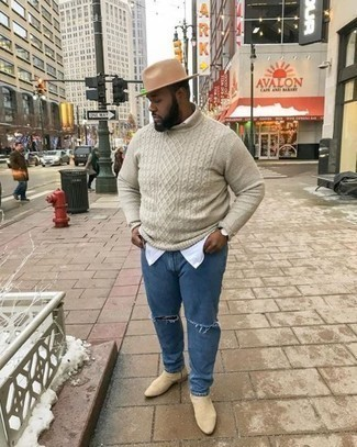 Comment porter un pull torsadé beige: Associe un pull torsadé beige avec un jean déchiré bleu pour un look confortable et décontracté. Jouez la carte classique pour les chaussures et choisis une paire de des bottines chelsea en daim beiges.