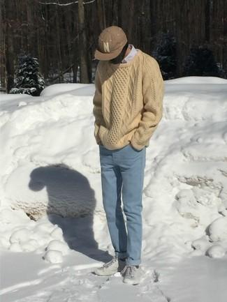 Tendances mode hommes: Associe un pull torsadé beige avec un jean bleu clair pour une tenue idéale le week-end.