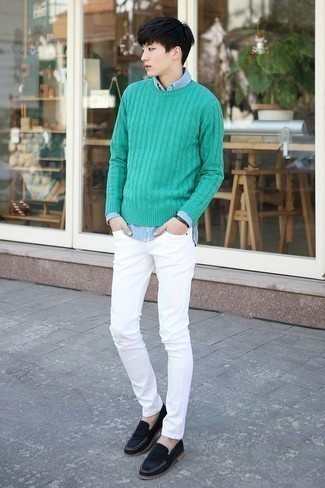 Comment s'habiller pour un style chic decontractés: Opte pour un pull torsadé vert avec un jean skinny blanc pour obtenir un look relax mais stylé. Apportez une touche d'élégance à votre tenue avec une paire de des slippers en daim bleu marine.