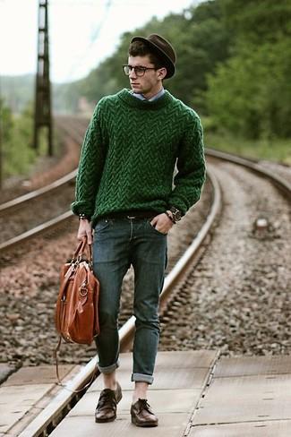 La polyvalence d'un pull torsadé vert Gant et d'un jean skinny gris foncé en fait des pièces de valeur sûre. Une paire de des chaussures derby en cuir brunes foncées rendra élégant même le plus décontracté des looks.