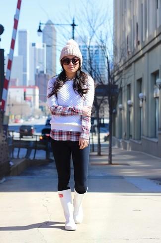 Comment porter: pull torsadé blanc, chemise de ville écossaise rouge et blanc, jean skinny bleu marine, bottes de pluie blanches