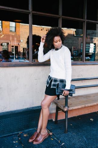 Comment porter: pull torsadé blanc, chemise de ville écossaise noire, minijupe noire, chaussures brogues en cuir marron