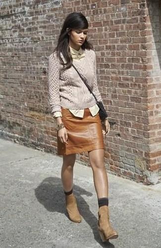 Comment porter: pull torsadé beige, chemise de ville á pois jaune, minijupe en cuir marron, bottines en daim marron clair