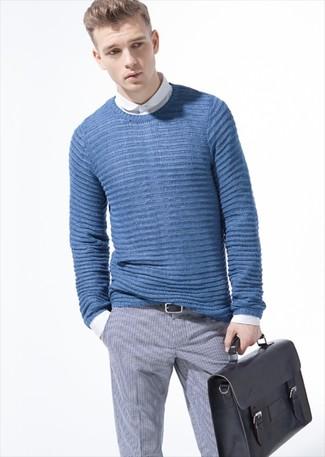 Associe un pull torsadé bleu Crew Clothing avec un pantalon de costume à carreaux gris pour achever un look habillé mais pas trop.
