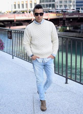 Associer un pull torsadé beige Gant avec un jean bleu clair est une option confortable pour faire des courses en ville. Rehausse cet ensemble avec une paire de des bottes de loisirs en daim brunes.