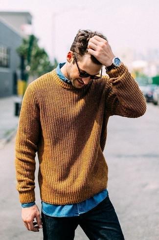 Comment porter: pull torsadé moutarde, chemise en jean bleue, jean noir, lunettes de soleil noires