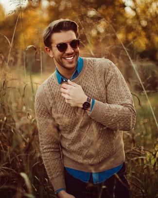Comment porter: pull torsadé marron, chemise en jean bleue, jean noir, lunettes de soleil marron foncé