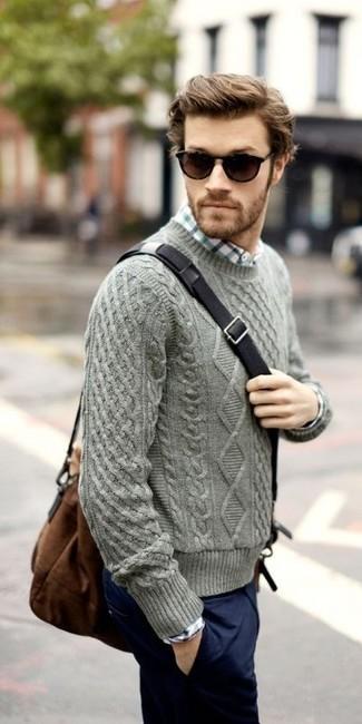 Comment porter: pull torsadé gris, chemise à manches longues à carreaux blanche, pantalon chino bleu marine, besace en toile marron