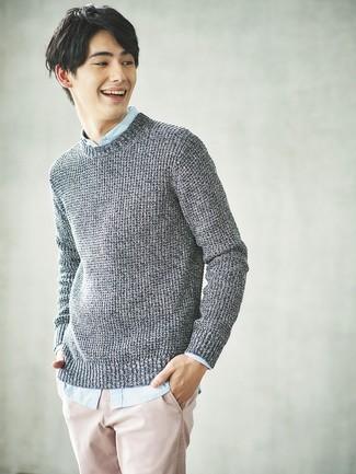 Comment porter: pull torsadé gris, chemise à manches longues bleu clair, pantalon chino rose