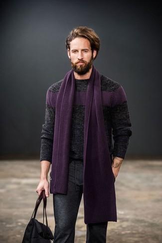 Comment porter: pull torsadé gris foncé, pantalon de costume en laine gris foncé, sac fourre-tout en toile noir, écharpe en tricot pourpre