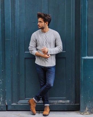 Comment porter: pull torsadé gris, jean skinny bleu marine, bottes de loisirs en daim tabac
