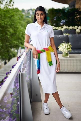 Comment porter: pull torsadé imprimé tie-dye multicolore, robe chemise blanche, baskets basses en cuir blanches