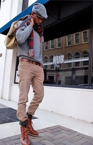 Comment porter: pull torsadé gris, jean marron clair, bottes de loisirs en cuir marron, sac à dos en toile marron clair