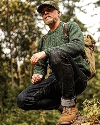 Comment s'habiller après 50 ans: Pour une tenue de tous les jours pleine de caractère et de personnalité pense à associer un pull torsadé vert foncé avec un jean noir. Jouez la carte classique pour les chaussures et fais d'une paire de bottes de loisirs en daim marron ton choix de souliers.