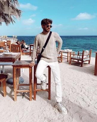 Comment porter: pull torsadé beige, jean blanc, chaussures de sport blanches, besace en toile marron foncé