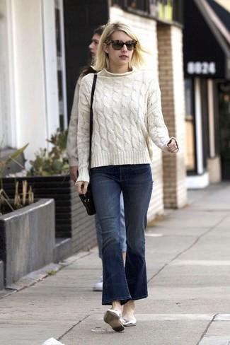 Comment porter: pull torsadé blanc, jean flare bleu marine, ballerines en cuir argentées, sac bandoulière en cuir noir
