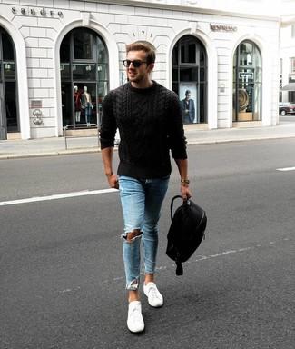 Comment porter: pull torsadé noir, jean skinny déchiré bleu clair, baskets basses blanches, sac à dos noir