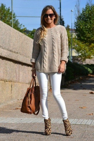 Comment porter: pull torsadé beige, jean skinny blanc, bottines en poils de veau imprimées léopard marron clair, sac fourre-tout en cuir marron