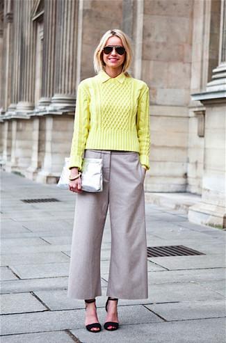 Comment porter: pull torsadé chartreuse, jupe-culotte grise, sandales à talons en daim noires, pochette en cuir argentée