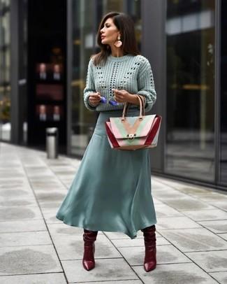 Comment porter des bottes hauteur genou en cuir bordeaux: Marie un pull torsadé vert menthe avec une jupe mi-longue en chiffon vert menthe et tu auras l'air d'une vraie poupée. Une paire de bottes hauteur genou en cuir bordeaux est une façon simple d'améliorer ton look.