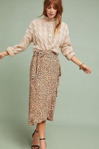 Comment porter: pull torsadé beige, jupe mi-longue imprimée léopard marron clair, sandales à talons en cuir noires, bracelet doré