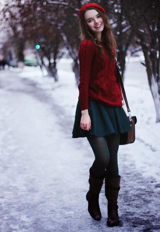 Comment porter: pull torsadé rouge, jupe patineuse bleu canard, bottes hauteur genou en cuir marron foncé, cartable en cuir bordeaux