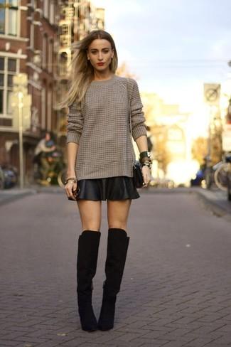 Comment porter: pull torsadé marron, jupe patineuse en cuir noire, cuissardes en daim noires, sac bandoulière en cuir noir