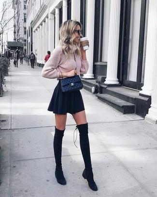 Comment porter: pull torsadé en tricot rose, jupe patineuse noire, cuissardes en daim noires, sac bandoulière en cuir matelassé noir