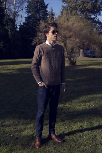 Comment porter: pull torsadé marron, chemise à manches longues blanche, jean bleu marine, bottes brogue en cuir marron