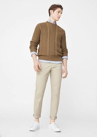 Comment porter: pull torsadé marron, chemise à manches longues bleu clair, pantalon chino beige, baskets basses en cuir blanches