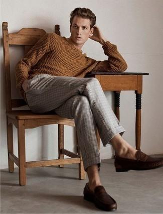 Comment porter un pull torsadé marron: Opte pour un pull torsadé marron avec un pantalon chino écossais gris pour obtenir un look relax mais stylé. Jouez la carte classique pour les chaussures et opte pour une paire de des slippers en cuir marron foncé.