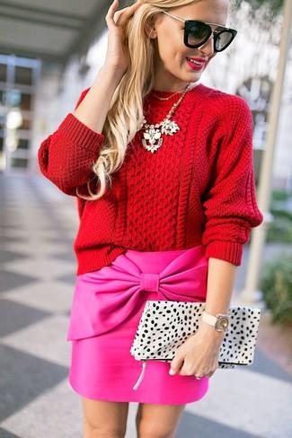 Comment porter: pull torsadé rouge, minijupe fuchsia, pochette en cuir imprimée léopard blanche, lunettes de soleil noires