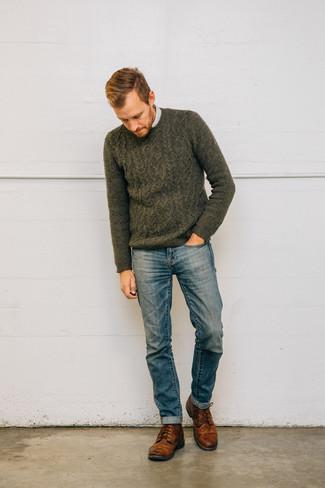 Comment porter: pull torsadé olive, chemise à manches longues à rayures verticales blanche, jean bleu, bottes de loisirs en cuir marron